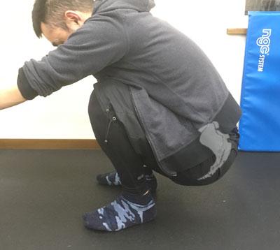 ヤンキー座りでバランスを崩している男性の骨盤の状態