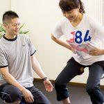 加圧トレーニングをしている女性とトレーナー
