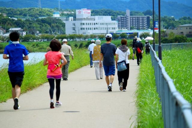 川沿いの道路で運動する人たち