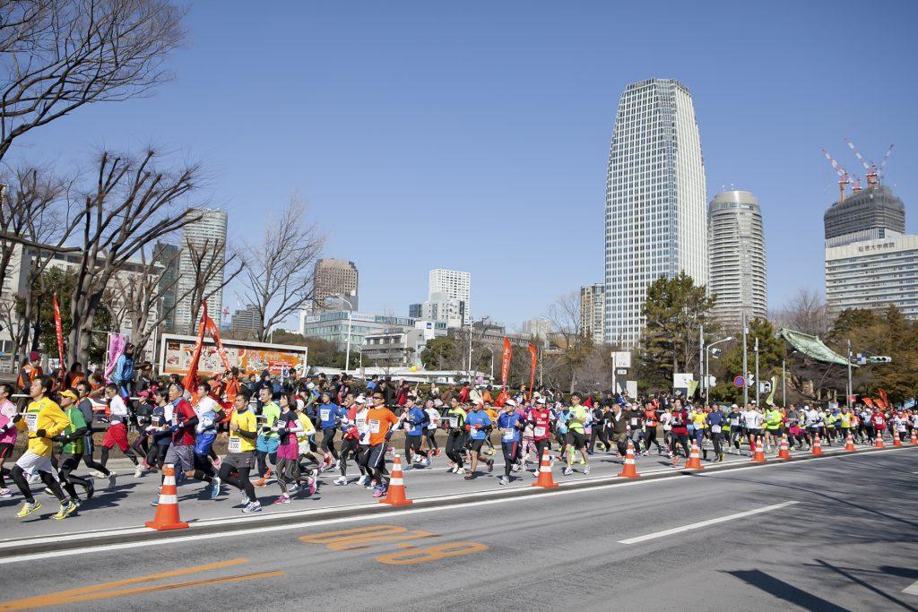東京マラソンを走る人々